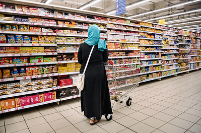 August 16, 2017 – Isfahan, Iran. A woman doing shopping at Hyperstar, Iran's first international-style hypermarket, built inside the Persian Gulf Complex, a huge mall built a few kilometers outside of Isfahan. Hyperstar plans to open 15 branches by 2020 in 5 different cities. Iran HyperStar is an Iranian subsidiary of French multinational retailer Carrefour in Iran. An average of about 20,000 customers shop daily at the hypermarket, which is located in a middle-class area of western Isfahan. The figure has put Isfahan's Hyperstar among the top four of the 37 Carrefour-MAF hypermarkets in the Middle East. © Simone Tramonte