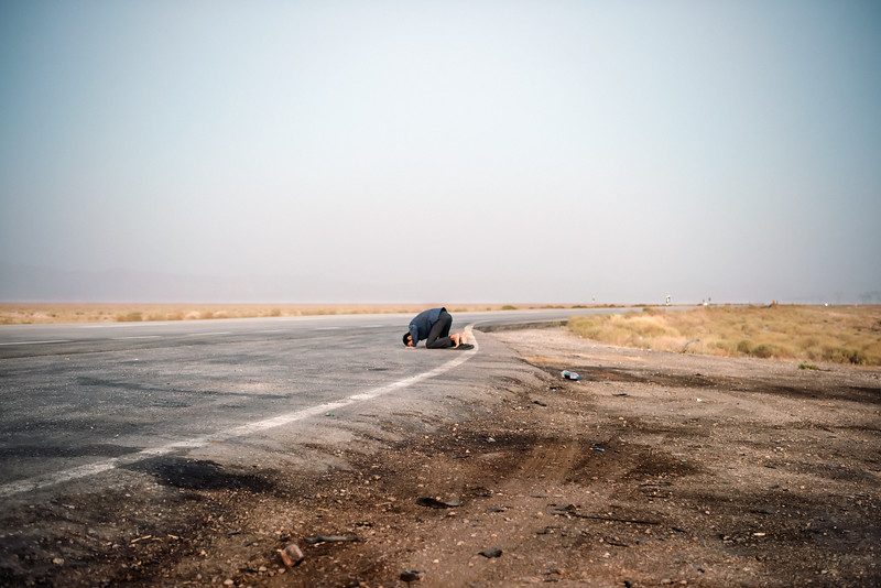 August 20, 2017 – Near Sirjan, Iran. Man praying along the road. © Simone Tramonte