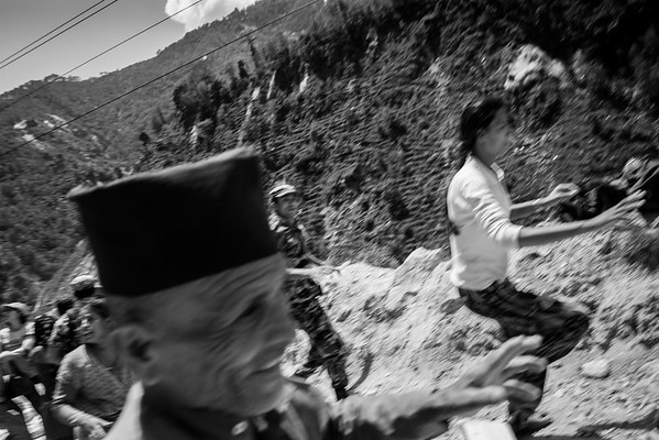 Villagers running during the 7,2 earthquakes.