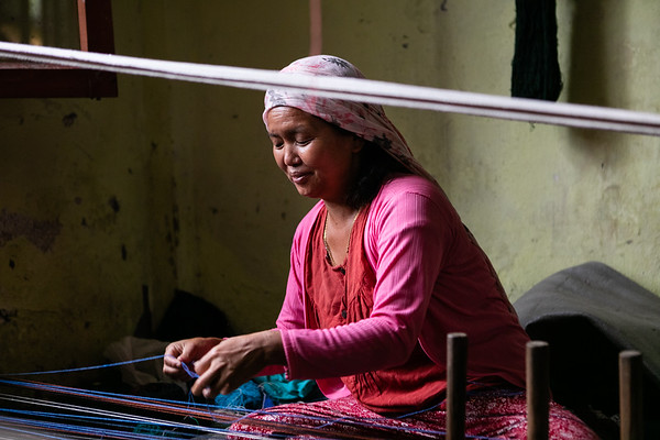 New WSDO employees are learning to weave at the head office in Pokhara. After their training is complete, they will be able to work from their homes.