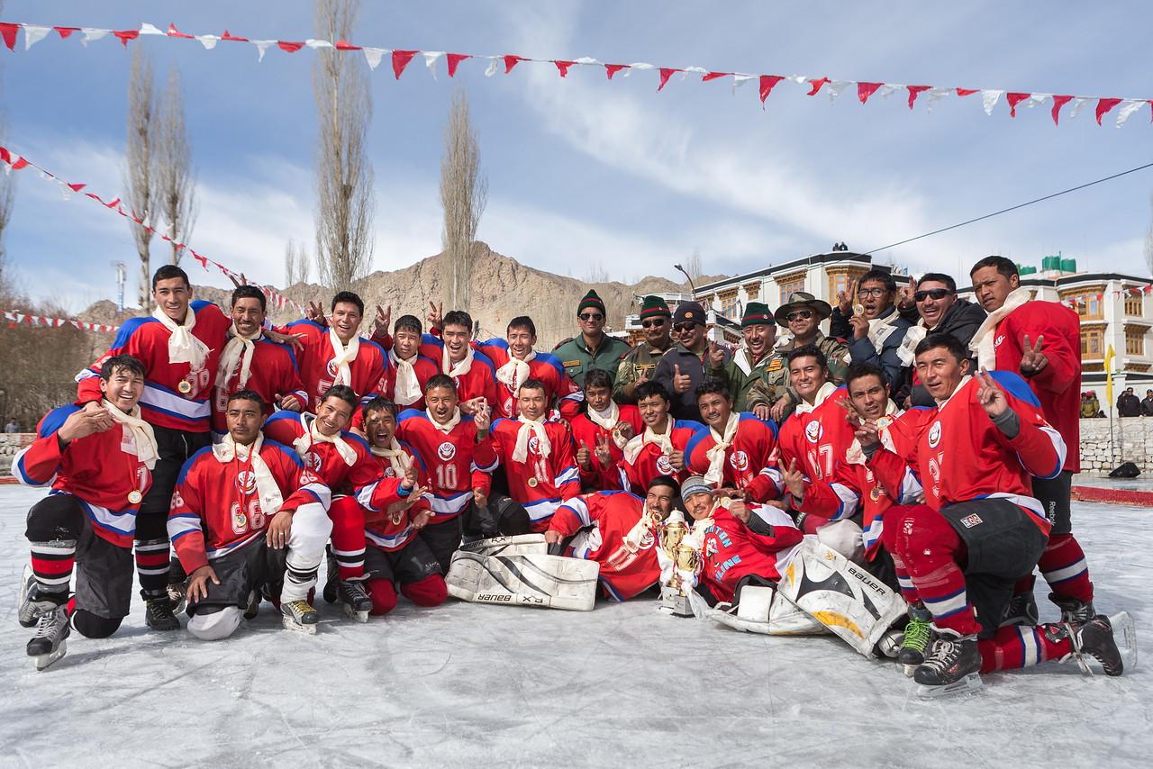 Ladakh Scouts Red finally won the 2015 finals!<br /> ----<br /> L'équipe des Ladakh Scouts Red est finalement victorieuse et pose avec la coupe.