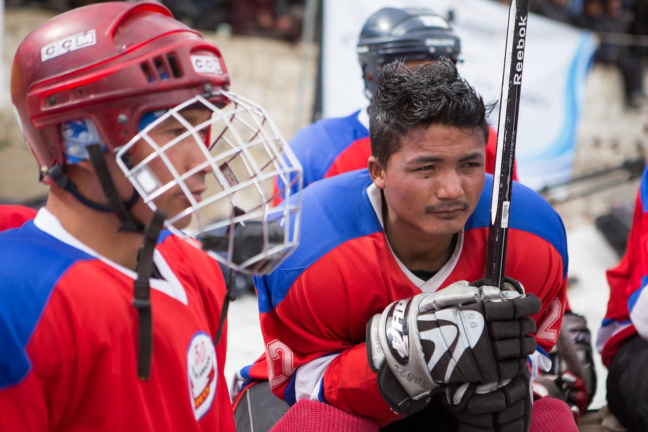 """Players rest during the game, the lack of oxygen makes it really difficult to play for a long time but they are used to it.<br /> ----<br /> Les joueurs se reposent entre deux périodes. Les Ladakhis sont un peuple très proches des Tibétains, le surnom de """"Petit Tibet"""" est plus qu'adéquat."""