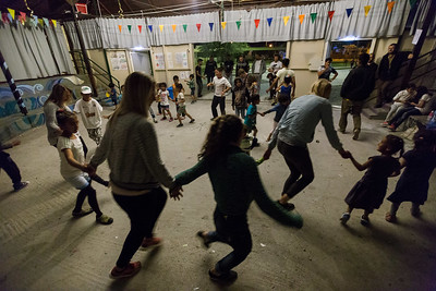 Children and volunteers dance in Kara Tepe refugee camp as very Saturday night is dance night in the camp. Kara Tepe refugee camp, Lesvos Island, Greece. May 2017 ----------- Un groupe d'enfants et de bénévoles dansent à l'intérieur du camp de réfugiés de Kara Tepe lors de l'une des traditionnelles soirées dansantes célébrées dans le camp. camp de réfugiés de Kara Tepe, Ile de Lesbos, Grèce. Mai 2017