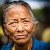 A woman waits  to receive supplies to support villagers affected by the earthquakes in Nepal.<br /> Organization: Nepal Earthquake Volunteer - Mission Gorkha<br /> Gorkha, Nepal. May 2015.<br /> ---------<br /> Une femme attend pour recevoir des provisions remises aux villageois affectés par le tremblements de terre au Népal.<br /> Organisme: Nepal Earthquake Volunteer - Mission Gorkha<br /> Gorkha, Népal. Mai 2015.