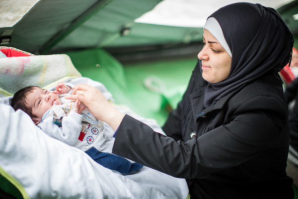 A Syrian mother takes care of her 6 days old son in the UNICEF tent located in the transit camp of Gevgelija. <br /> Gevgelija, Macedonia. October 2015.<br /> -----------<br /> Une mère syrienne s'occupe de son enfant âgé de 6 jours dans la tente UNICEF au milieu du camp de transit de Gevgelija.<br /> Gevgelija, Macédoine. Octobre 2015.