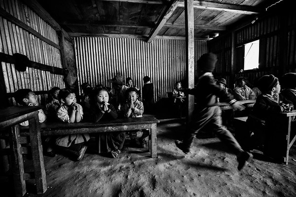 Young students attend classes in a temporary shelter used as a school in Barpak, two years after the epicenter.<br /> Barpak, Nepal. March 2017<br /> -----------<br /> Un groupe de jeunes étudiants en classe dans un abri temporaire servant encore d'école deux ans après les tremblements de terre.<br /> Barpak, Népal. Mars 2017