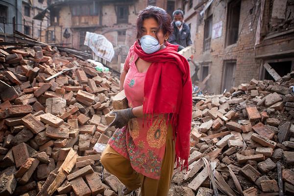 Local residents work to clear the debris around the city of Bhaktapur.<br /> Bhaktapur, Nepal. April 2015.<br /> ---------<br /> Les résidents de la ville de Bhaktapur s'affairent à nettoyer les débris jonchant les rues.<br /> Bhaktapur, Népal. Avril 2015.