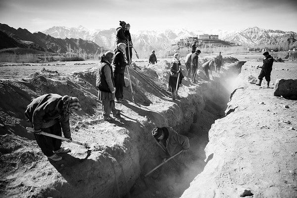 Workers on the site of the construction of the ice pagoda by Sonam Wangchuk in the harsh winter of Ladakh.<br /> Organization: SECMOL with Sonam Wangchuk.<br /> Ladakh, India. February 2015.<br /> ------------<br /> Des travailleurs s'affairent sur le site de la construction de la pagode de glace par Sonam Wangchuk dans le difficile hiver du Ladakh.<br /> Organisme: SECMOL avec Sonam Wangchuk.<br /> Ladakh, Inde. Février 2017.