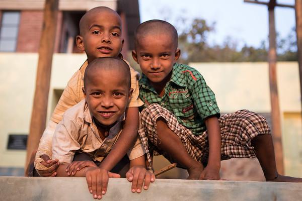 Young students play and smile on the grounds of this music school in the Indian forest.<br /> Organization: Kalkeri Sangeet Vidyalaya<br /> Dharwad, Karnataka, India. January 2015.<br /> ---------<br /> De jeunes élèves jouent et s'amusent sur le terrain de leur école de musique au milieu de la forêt indienne.<br /> Organisme: Kalkeri Sangeet Vidyalaya<br /> Dharwad, Karnataka, Inde. Janvier 2015.