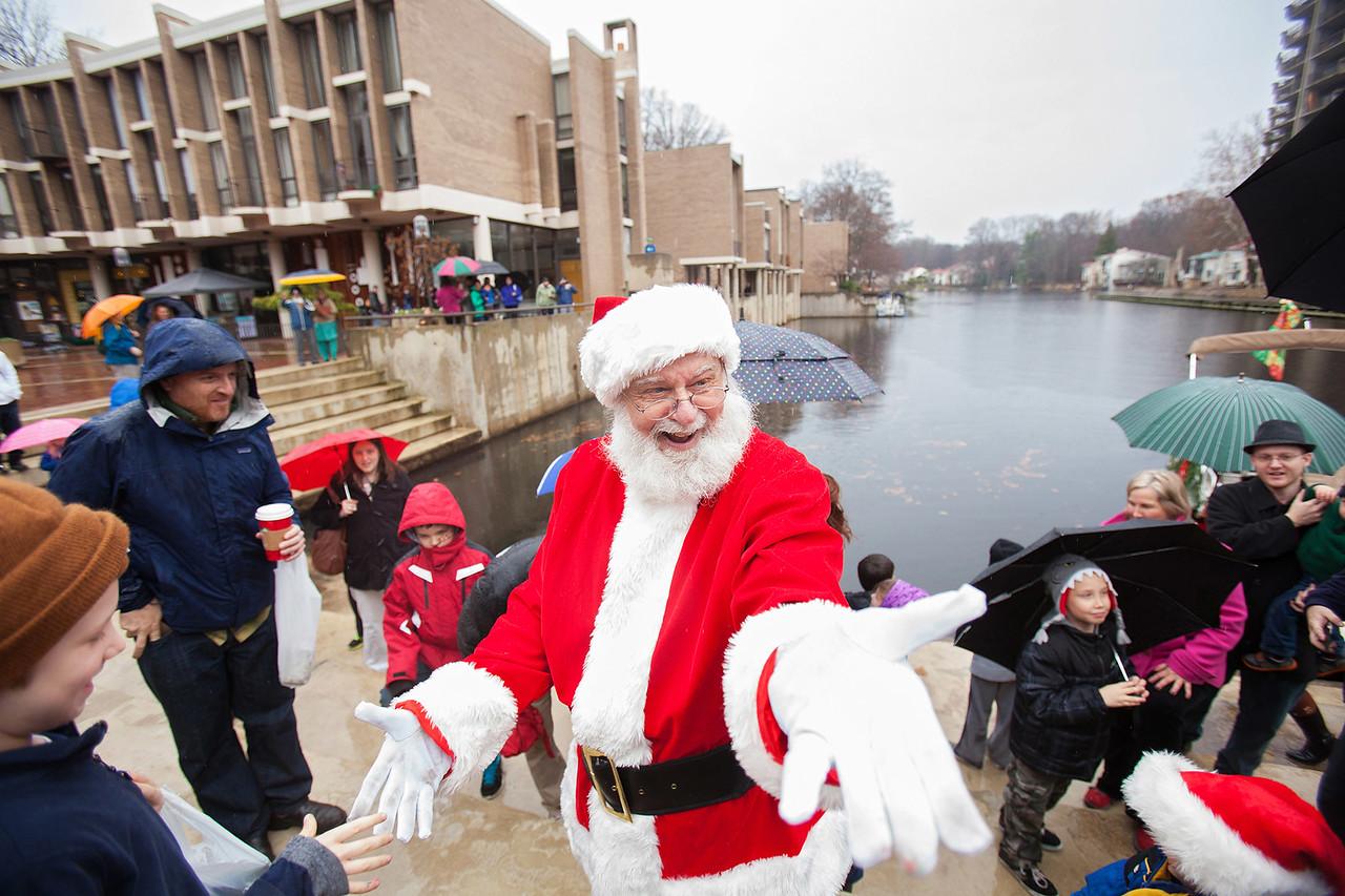 Santa arrives by boat at Lake Anne Plaza