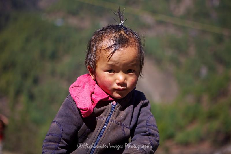 Shy child between Phakding and Lukla.