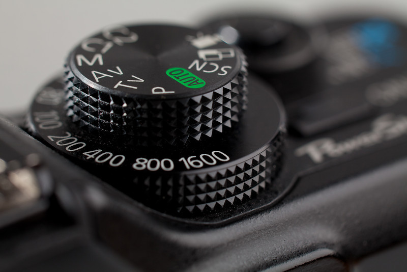083 - Project Best Friend<br /> -------------------------------<br /> L'appareil qui ne me quitte pas pour les photos sur le vif, le 5D MkII se chargeant des sujets plus difficiles. En tout cas un appareil fantastique, je suppose que vous avez trouvé duquel il s'agit.<br /> The camera I always have by my side for the shots on the spot, the 5D MkII being reserved for more difficult subjects. At least an awesome camera but I guess you found what model it is