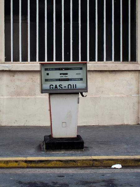 025 - Gas-Oil<br /> -----------------<br /> Assez étonnant de trouver encore des pompes à essence sur le trottoir en bordure de rue. Celle-ci est restée dans son jus, elle affiche encore les prix en Francs !!! Je pense refaire quelques photos cadrées plus larges car l'endroit est assez surprenant.<br /> <br /> It is amazing to still find fuel pumps directly on the sidewalk. I thought they have all disappear. And this one is here for ages, prices are still in Francs (euro exists since 2002). I think I will go back to take other more interesting shots.