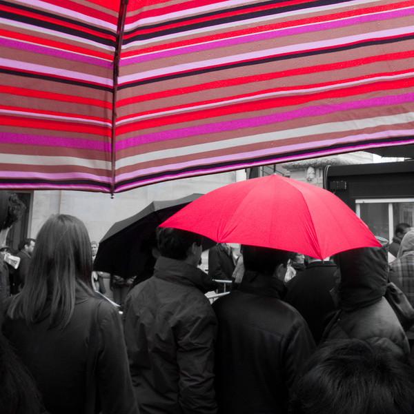 024 - Red<br /> ------------<br /> Dans la file d'attente pour l'expo Bizance au Grand Palais. Les couleurs de notre parapluie étaient en parfaite harmonie avec celui de nos voisins. J'ai simplement désaturé le reste de l'image pour faire ressortir les rouges.<br /> <br /> Queuing for the exposition Bizance at the Grand Palais museum. The colors of our umbrella were in perfect harmony with the one of our neighbors. I just unsatured the rest of the image to make the reds more present.