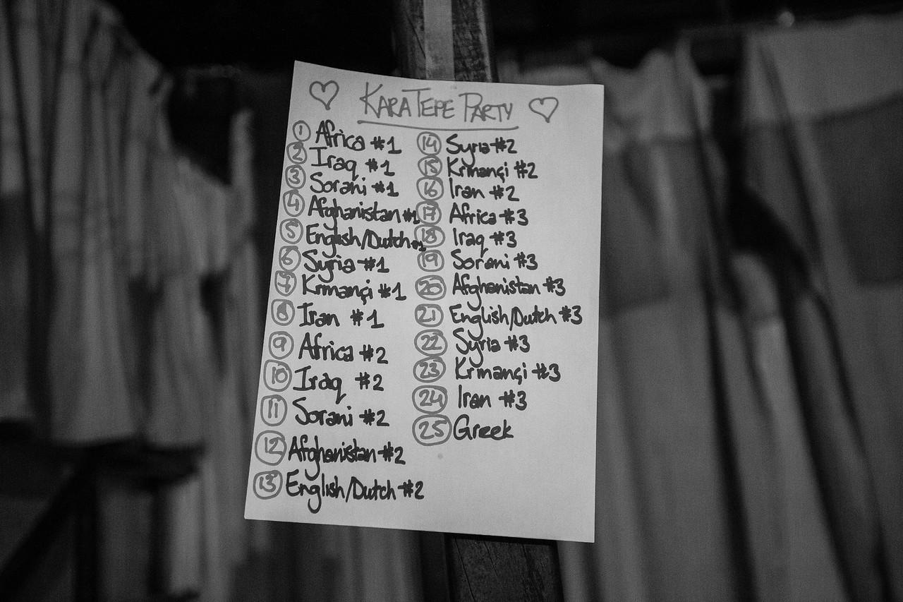 The music playlist of the night is carefully chosen to have music reflecting the nationality of everyone, refugees and volunteers.<br /> -----------<br /> La liste des chansons jouées durant la soirée est choisie de façon bien spécifique afin de refléter la nationalité de chacun, réfugiés comme bénévoles.