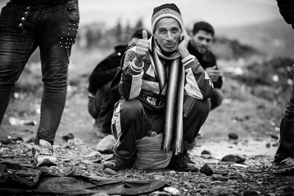 A man walking between the transit camps at the Greek border.<br /> Gevgelija, Macedonia, 2015<br /> ----<br /> Un homme en marche vers le camp de transit dans les champs à la frontière grecque.<br /> Gevgelija, Macédoine, 2015