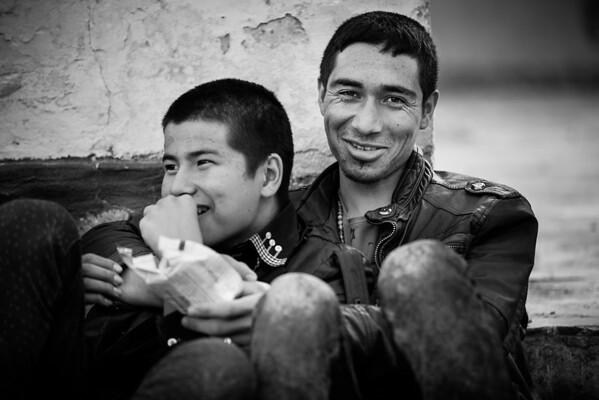 Young Afghan men waiting for their papers in    Moria registration camp.<br /> Lesvos Island, Greece, 2015<br /> ----<br /> Jeunes hommes afghans attendant la fin des procédures administratives dans le camp d'enregistrement de Moria<br /> Ile de Lesbos, Grèce, 2015