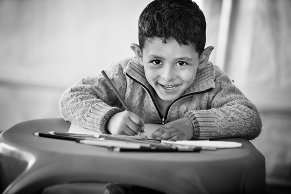 Drawing time in the UNICEF tent in the transit camp next to the Greek border.<br /> Gevgelija, Macedonia, 2015<br /> ----<br /> Pause détente et coloriage dans la tente UNICEF du camp de transit après la frontière grecque.<br /> Gevgelija, Macédoine, 2015