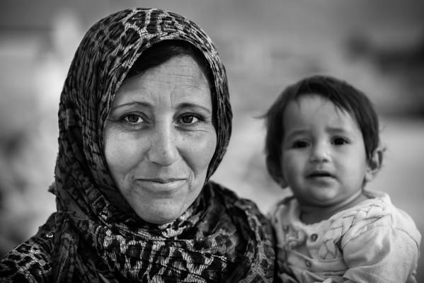 A mother and daughter in a refugee camp.<br /> Beqaa Valley, Lebanon, 2015<br /> ----<br /> Une mère et sa fille dans un camp de réfugiés.<br /> Vallée de la Bekaa, Liban, 2015