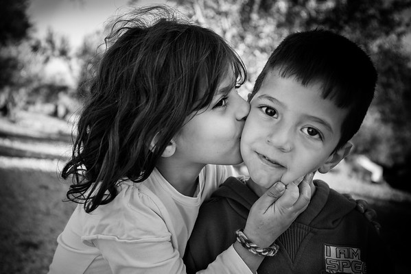 Love between brother and sister in Kara Tepe camp.<br /> Lesvos Island, Greece, 2015<br /> ----<br /> Amour entre frère et sœur dans le camp de Kara Tepe.<br /> Ile de Lesbos, Grèce, 2015