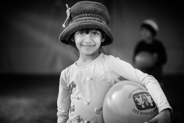 A young girl plays for a while before the walk towards the Serbian border.<br /> Tabanovce, Macedonia, 2015<br /> ----<br /> Une jeune fille s'amuse avant de poursuivre la marche vers la frontière serbe.<br /> Tabanovce, Macédoine, 2015