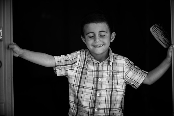 Young boy making sure his hair looks good in his tent housing in a refugee camp.<br /> Kara Tepe camp, Lesvos Island, Greece. 2016.<br /> ----<br /> Jeune garçon s'assurant que sa coiffure est présentable dans sa tente d'un camp de réfugiés.<br /> camp de Kara Tepe, Ile de Lesbos, Grèce. 2016