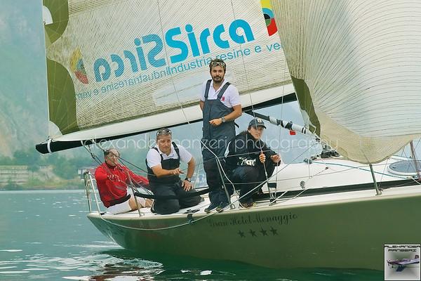 Il team di UKAUKA bilancia la barca con poco vento