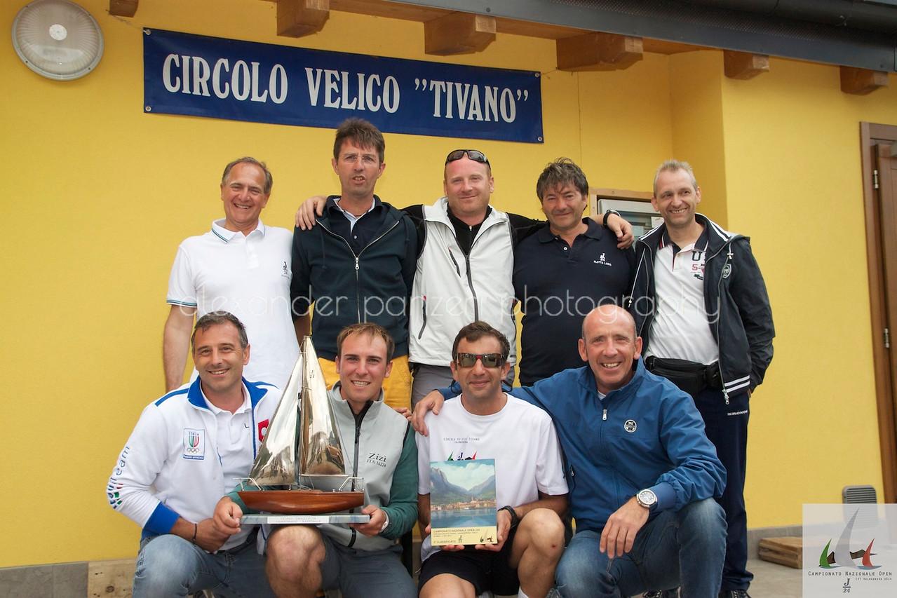 Team di Mollicona Campione d'Italia J14 2014 posa sotto il circolo Tivano
