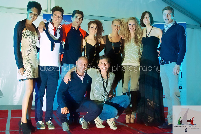Foto di gruppo sfilata e responsabile Henri Lloyd by Il Prodiere - J24ITA2014