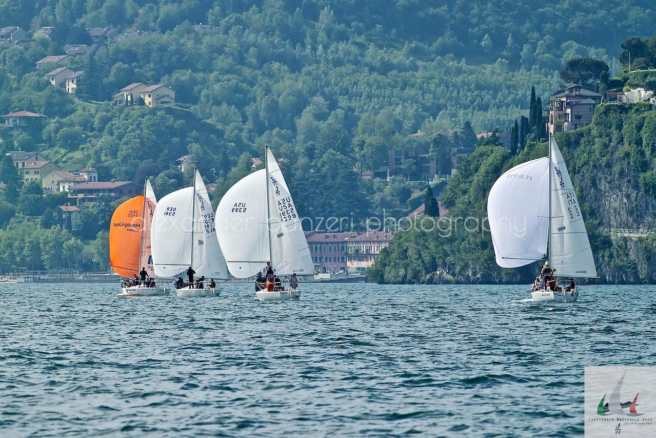Gli stranieri in boa sovrastano la prima barca italiana