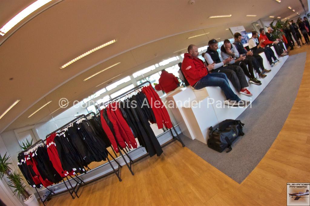Clothes hanger of Slam and sailors - copyright © photo Alexander Panzeri