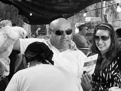 On the Eve of Yom Kippur David Sakargi seeks penance performing the ancient ritual of Kapparot.  ערב יום הכיפורים מחפש דוד שקרג'י כפרה ומבצע מנהג כפרות עתיק