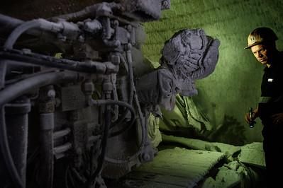Gigi Scibetta, direttore della miniera di Racalmuto, verifica uno dei macchinari completamente ricoperto di polvere di sale.