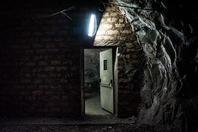 Ogni livello della miniera ha delle stanze sotterranee (bunker) dove rifugiarsi in caso di emergenza.