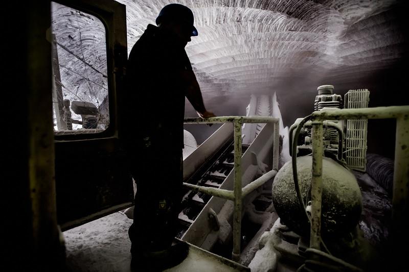 La fresa attraverso dei rulli riesce a caricare direttamente i camion che poi trasporteranno il carico nel vicino stabilimento di raffinazione e confezionamento.