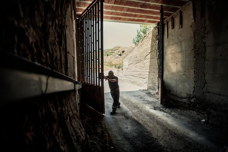 Ogni mattina il capo turno apre il cancello di ingresso della miniera.