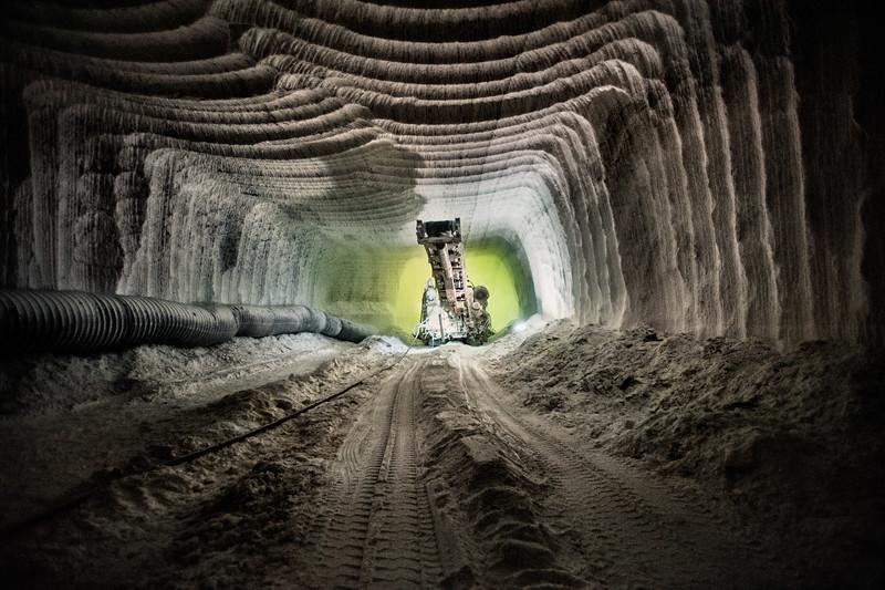 Le striature delle gallerie scavate con i macchinari fanno della miniera un'enorme cattedrale.