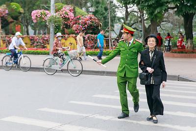 Giúp người già sang đường