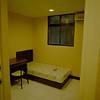 2號 F室 有對外窗,標準單人床。安靜,有私人窗台可供曬衣。