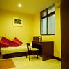 昌明街套房標準間。單人床有對外窗。 A室。