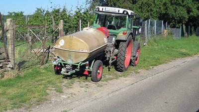 Regelmäßig stehen die Traktoren der Giftspritzer morgens mit laufendem Motor am Weinberg. Die Luft wird verpestet, man muss alle Fenster schließen.