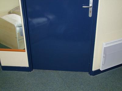 Porte fermée. Là-derrière l'escalier directement dans la cuisine