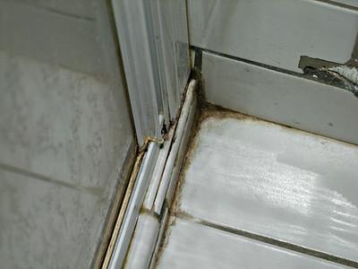 La douche : Salement, dégoûtant. Avec la moisissure.