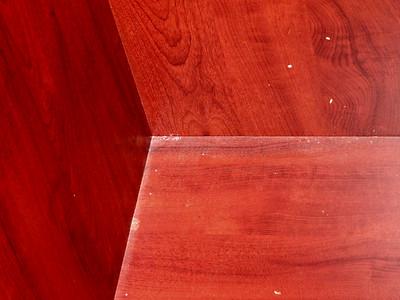 Le placard derrière le lit. Poussière complètement pleine.