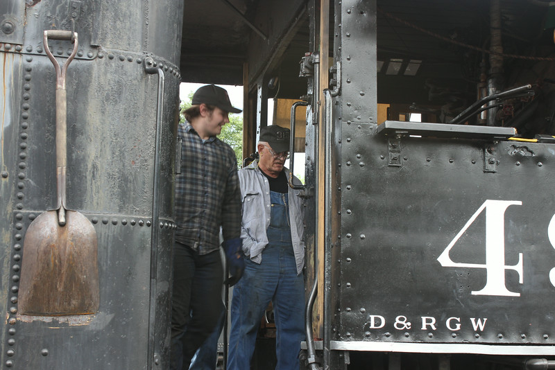A couple more of the CRRM Restoration crew tending to #491 before the  first run.