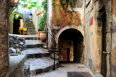 Coaraze is made up of narrow pedestrian streets, stepped streets and passage ways.