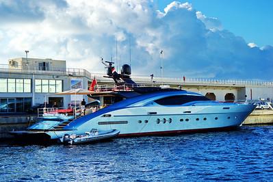Monaco_harbor_Blue-yacht_D3S6857