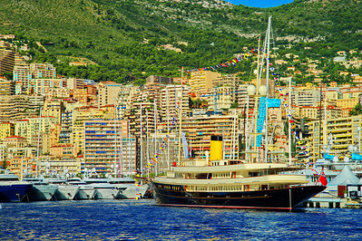Monaco_harbor_Black_sailing-yacht_D3S6856