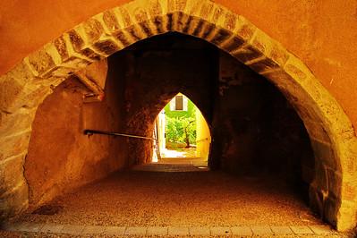 Saint_Saturnin_les_Apt_Arched_Walkway_LAN1499