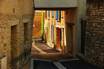 Saint_Saturnin_les_Apt_Covered-Street_LAN1498